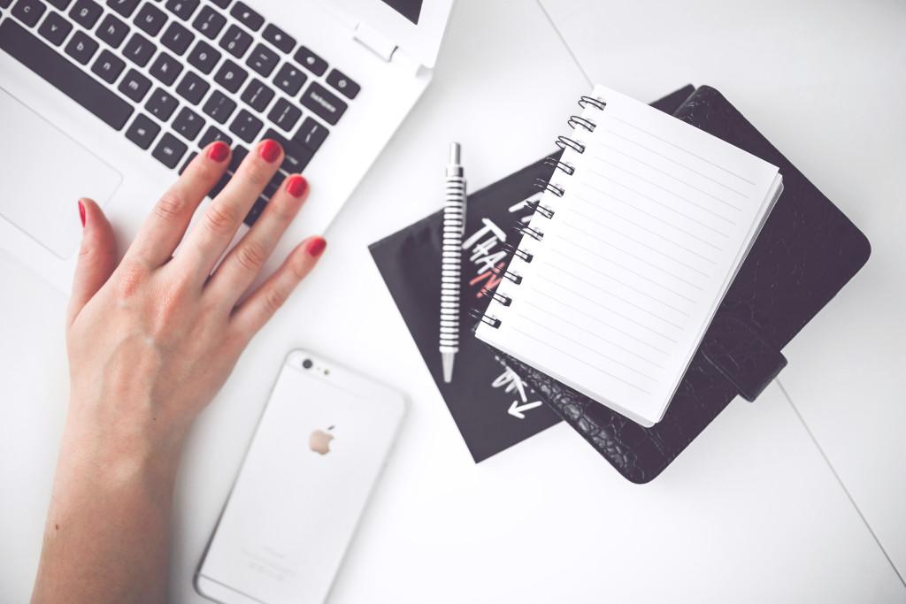 γυναίκα-χέρι-smartphone-desk Ποιοι ειμαστε Ποιοί είμαστε woman hand smartphone desk